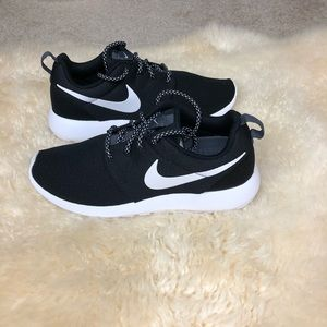 Nike Shoes - ✔️New ✔️Nike Black and white roshe